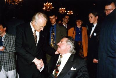 Im Kaisersaal der Residenz in München begrüßt der  Min.präs. Dr. E. Stoiber Herrn Josef Müller