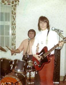 Als Gitarrist bei den »Silverstones« mit Peace Zeichen, einem Symbol der Freiheit! Woodstock lässt grüßen!