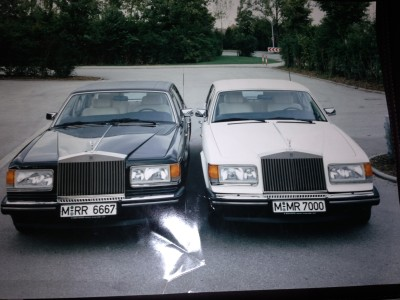 Zwei von Josefs Rolls-Royce in München. Der schwarze war für die offiziellen Anlässe (mit weißem Chauffeur!), der weiße für die Oper und den Biergarten (mit schwarzem Chauffeur!).