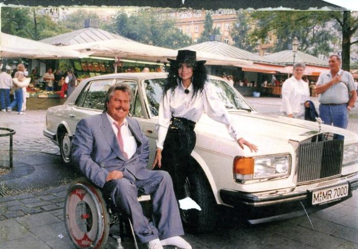 Mit Popsängerin La Toya Jackson (Michael Jacksons Schwester) und Josefs Rolls-Royce am Viktualienmarkt in Münchens Altstadt.
