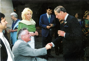 Eine schöne Begegnung anlässlich eines Empfangs bei Prinz Charles, dem Prince of Wales. Stehend: Ehefrau Sandra Müller.